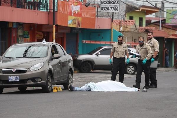 El cuerpo quedó junto al Fiat, modelo 2016, en que Hurtado viabaja con su madre, la cual resultó ilesa.