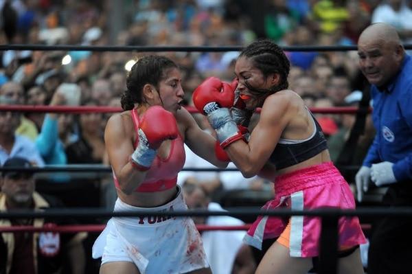 Yokasta Valle (izquierda) batalló para vencer a la panameña Yaditza Pérez en un fiero combate a 10 asaltos. La costarricense se quejó de los cabezazos de su rival que la hizo sangrar.