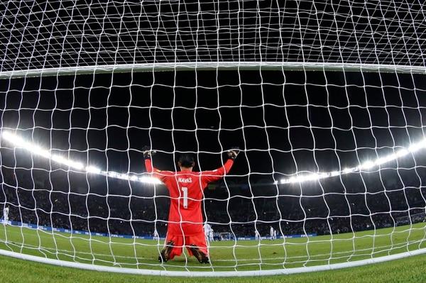 Keylor Navas hizo su acostumbrada oración previo al partido del Real Madrid ante Gremio, al que superó 1-0 en la final del Mundial de Clubes. El nacional ora antes de cada partido. Fotografía: AFP