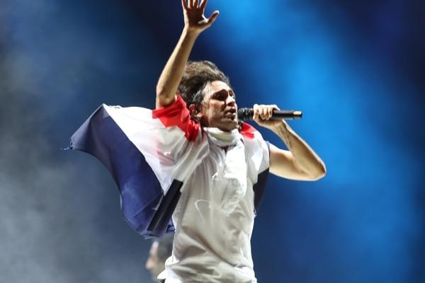 Como es costumbre, Luis montalberth-Smith vistió una bandera en sus hombros durante El otro gol. Luego, la bandera terminó en los hombros del nuevo Presidente de la República. Foto: John Durán