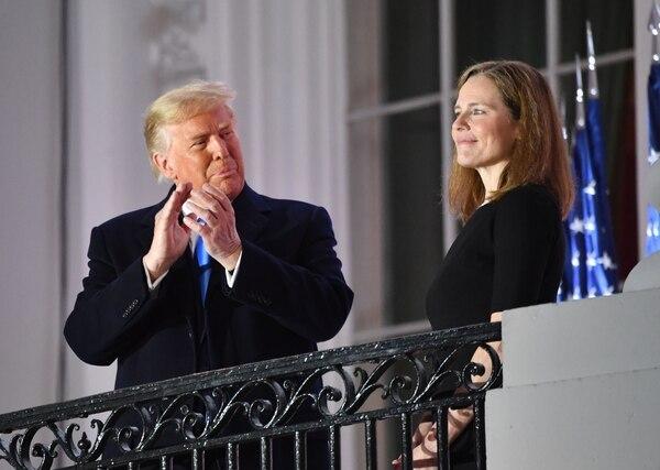 El presidente Donald Trump festejó después de la juramentación de Amy Coney Barrett como nueva jueza de la Corte Suprema, este lunes 26 de octubre del 2020. AFP