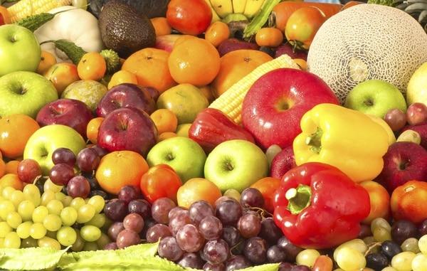 """FRUTAS A pesar de su elevado nivel de antioxidantes y vitaminas, las frutas deben consumirse con moderación. Se recomiendan de 3 a 5 porciones al día. Banano: un banano criollo o medio banano """"de exportación"""". Piña y mango:media taza picada. Fresas, papaya, sandía, melón: una taza."""