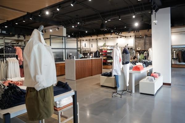 12/3/2020. Escazú. Apertura de la tienda Banana Republic en Avenida Escazú. Foto Jeffrey Zamora