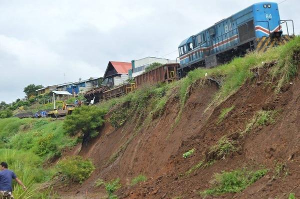 El tren, generalmente colmado de pasajeros, pasa varias veces al día por el sitio de Quircot de Cartago donde el paredón está falseado. Abajo, se nota la proximidad de los rieles con el punto de deslave.   FERNANDO GUTIÉRREZ