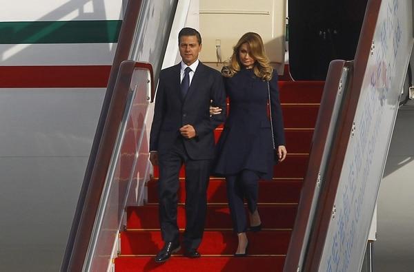 El presidente mexicano, Enrique Peña Nieto, y su esposa, Angélica Rivera, a su llegada al aeropuerto de Pekín para asistir a la cumbre del Foro de la Asociación Económica Asia-Pacífico (APEC). | EFE