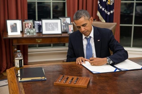 El presidente Barack Obama firmó este lunes una ley que garantiza el pago de las fuerzas militares y de defensa de Estados Unidos, aunque el Congreso no apruebe el plan de gastos del Gobierno.