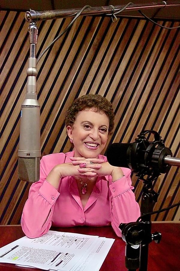 En la radio. La actriz argentino costarricense tuvo diferentes facetas, una de ellas fue en radio Nacional donde fue una de sus fundadoras. Archivo.