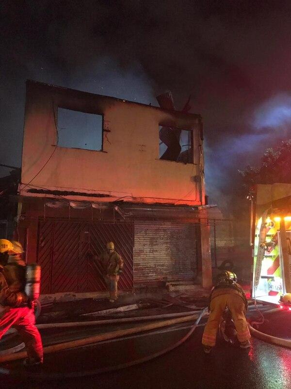 Un antiguo restaurante chino, de dos plantas, quedó con pérdida total en San José. Foto: Bomberos