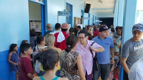 Filas para votar en Escuela Joaquín García Monge, Desamparados. Hasta 15 minutos para llegar a la puerta, en algunos casos.
