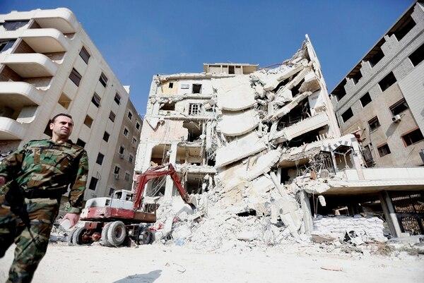 Un tractor levanta los restos de un edificio residencial en el sur de la ciudad de Jaramana, cerca de Damasco, luego de un bombardeo en el que murió Samir Kantar. Israel aún no se atribuye el ataque. | EFE