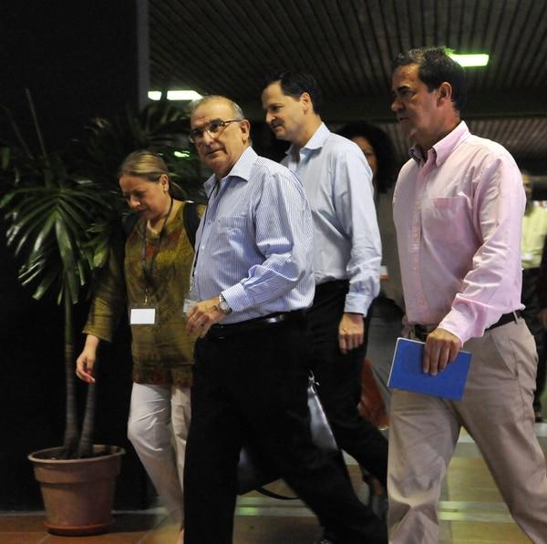 El jefe de la delegación de paz del Gobierno colombiano, Humberto de la Calle (centro), llega junto a parte de su equipo a conitnuar las conversaciones en La Habana.