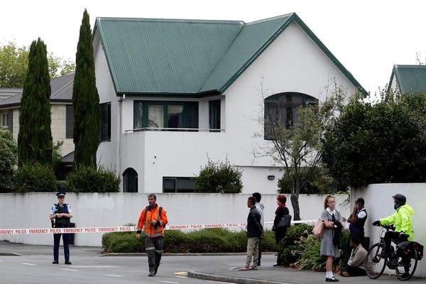 La Policía acordonó el área frente a la mezquita Masjid al Noor, en Christchurch, después de un tiroteo, este viernes 15 de marzo del 2019.