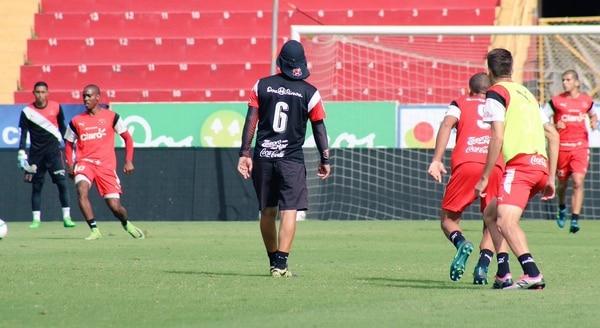 Wílmer López (6) sigue siendo el técnico de Alajuelense hasta nuevo aviso. Foto: Prensa LDA