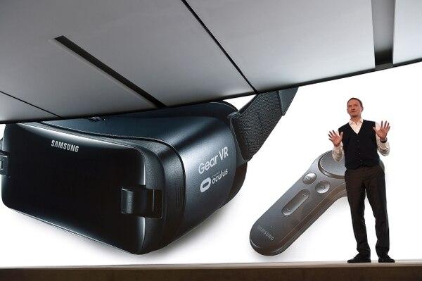 David Lowes presenta el Gear VR durante el World Mobile Congress, con esta casco el gigante asiático espera competir en el mercado de realidad virtual.