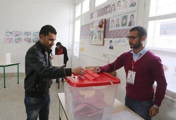 Los comicios se celebran tras la promulgación de una nueva Constitución que pone fin a la transición democrática que se inició en enero de 2011 en Túnez, cuando el expresidente Zin al Abedín Ben Ali abandonó el país y puso fin a 27 años de dictadura.