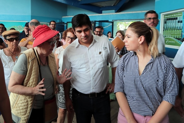 Carlos Alvarado visitó Puntarenas este miércoles. Allí dejo abierta la puerta para que el Gobierno rescate parte de la propuesta fiscal de los sindicatos. A su lado, Elizabeth Odio, jueza de la Corte Interamericana de Derechos Humanos (izq.) y la primera dama, Claudia Dobles. Foto: Alonso Tenorio.