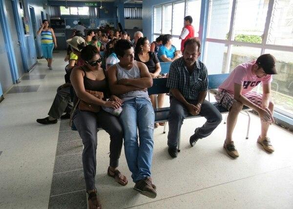 El Hospital de Upala atiende un promedio diario de 133 enfermos infectados con dengue. El miércoles, así se veía la sala de espera. | ÉDGAR CHINCHILLA