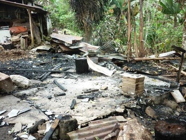Un incendio destruyó una casa de habitación de unos ocho metros cuadrados cerca de las 10 a. m. de este miércoles en San Ramón de Santa Teresita de Turrialba.