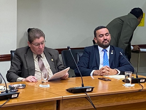 El independiente Erick Rodríguez y el fabricista Jonathan Prendas promovieron una moción para investigar al presidente de la República, que finalmente no tuvo éxito en la Asamblea Legislativa.