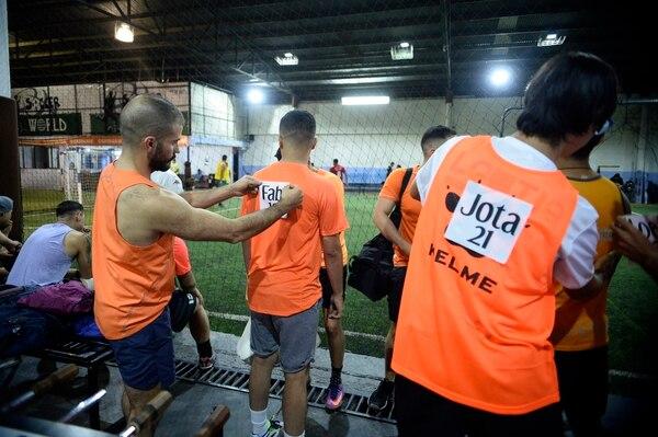 Los equipos se formaron al azar y muchos incluso se conocieron hasta minutos antes de salir a la cancha. Foto: Diana Méndez.