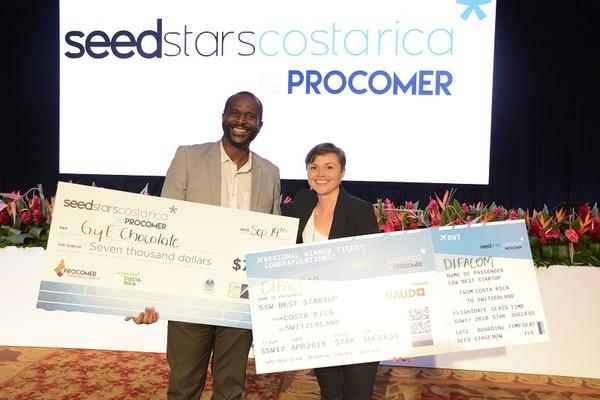 George Grant, de la empresa G&E Chocolate, y Mariana Brenes, representante de la empresa Difacom, recibieron los premios, la noche del 19 de setiembre, como ganadores del concurso Seedstars Costa Rica.