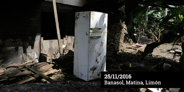 Los sobrevivientes de Banasol, en Matina, regresaron a rescatar lo poco que quedó de sus casas cubiertas de lodo.