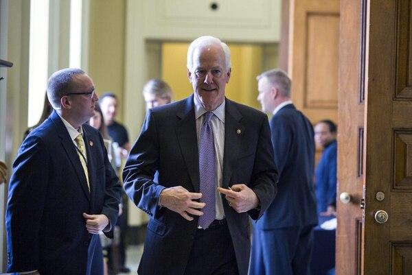El senador republicano por Texas, John Cornyn, sale a almorzar tras forjar el acuerdo bipartito sobre la legislación. | EFE