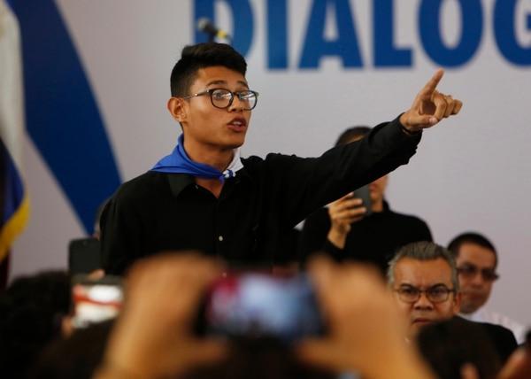 El representante estudiantil Lesther Aleman interrumpe al presidente de Nicaragua Daniel Ortega, gritando que debe detener la represión, durante la apertura del diálogo nacional en las afueras de Managua, Nicaragua. AP