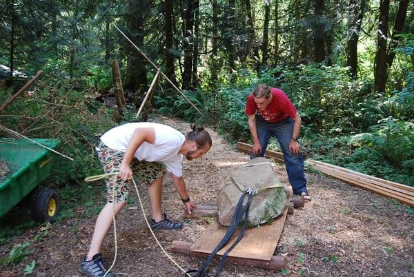 En Camp Grounded, los participantes viven en cabinas al aire libre y siguen la dinámica de un campamento de verano. Las actividades de trabajo en equipo forman parte de las vacaciones sin celular. | CAMPGROUNDED.ORG PARA LN.