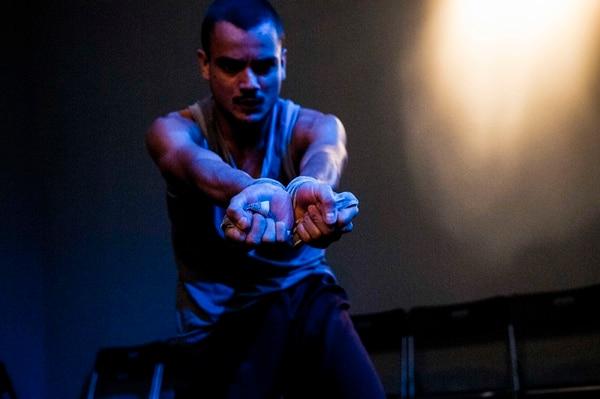 El bailarín Julio Borbón interpreta la fragilidad masculina. Foto: Alejandro Gamboa.