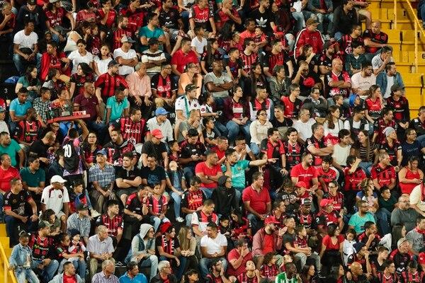 Muchos aficionados de Alajuelense se hicieron presentes en el partido ante Limón. Fotografía José Cordero