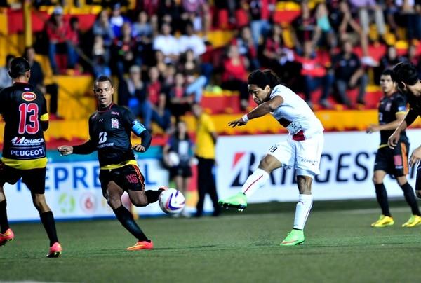 El delantero Jonathan McDonald remató el pasado miércoles en la caída rojinegra 0-2 ante Belén FC, en el estadio Eladio Rosabal Cordero. Ese resultado se convirtió en la primer derrota manuda en el Invierno. | JOHN DURÁN