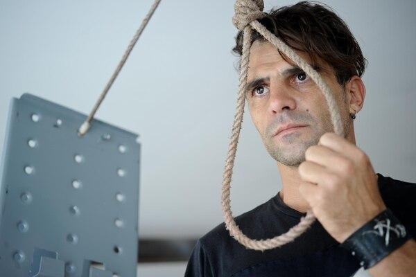 Gastón Ferrer desarrolla su trabajo en performance y teatro experimental.
