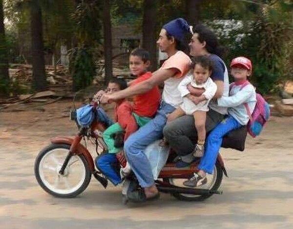 Una imagen típica en Hanói, la capital de Vietnam; una familia en una sola motocicleta. Fotografía: Claudia Alfaro