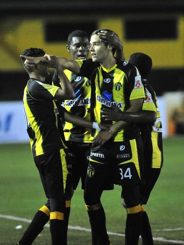 Jonathan Moya (34) es congratulado por sus compañeros luego de marcar uno de sus dos tantos de anoche en Coronado.   JOSÉ RIVERA