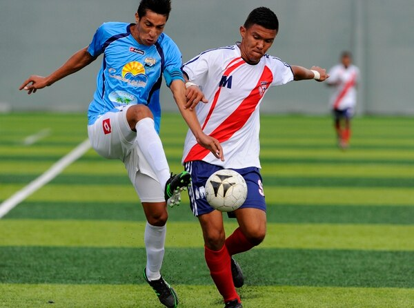 Wilmer Núñez, de Barrio México (der), pelea el balón con Ricardo Valle, de Jacó Rays. | DIANA MÉNDEZ