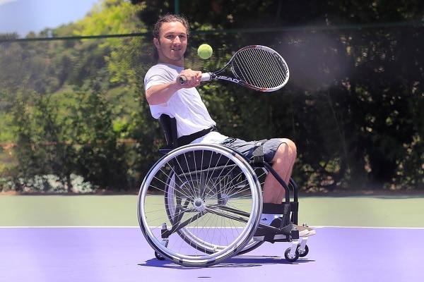 José Pablo Gil practica tenis con una silla que le regaló la Federación Costarricense de Tenis.