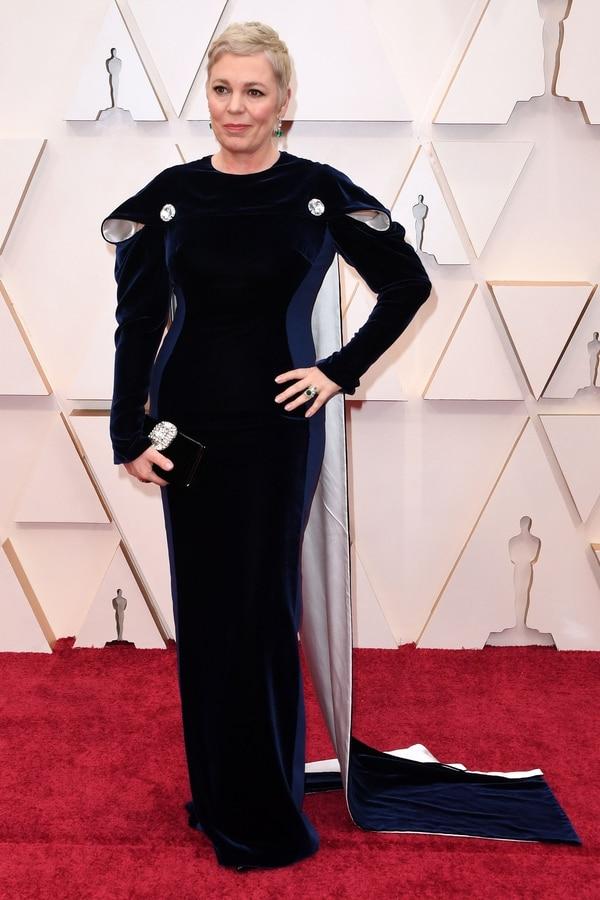La actriz británica Olivia Colman optó por lucir con colores oscuros en la alfombra roja de los Oscar. Ella será una de las presentadoras de la gala. Fotografía: Robyn Beck / AFP.