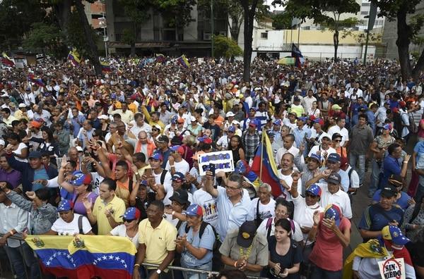 La gente asiste a una sesión de la Asamblea Nacional liderada por la oposición, celebrada en la plaza Alfredo Sadel en Caracas, el 23 de julio de 2019. - El parlamento venezolano aprobó el martes la reanudación de un tratado regional de defensa, que se considera el marco legal para una posible intervención militar en el país. país. Foto: AFP