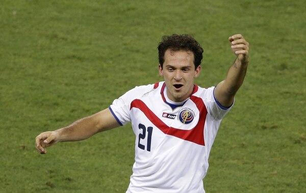 Marco Ureña celebra tras anotar este sábado el tercer de Costa Rica ante Uruguay en el debut de ambos equipos en el Mundial de Brasil 2014.