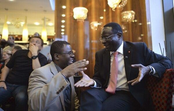 Karamba Diaby, (derecha) candidato de Senegal por el Partido Socialdemócrata, recibe las felicitaciones tras resultar electo.