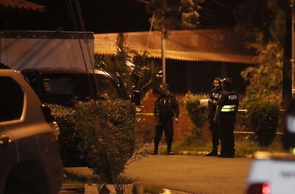 Oficiales de la Fuerza Pública custodiaron el camión liviano que al parecer conducía la víctima.