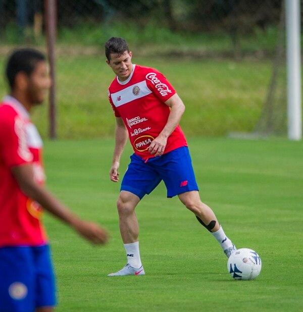 Bryan Oviedo dejó ver su alegría ayer por volver a vestir la camisa de la Selección Nacional. | JOSÉ CORDERO