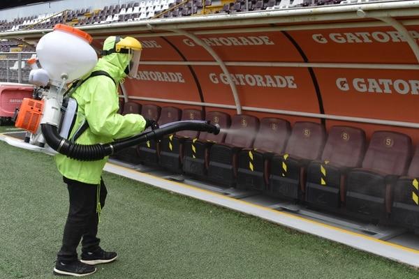 Los banquillos del estadio Ricardo Saprissa fueron desinfectados el miércoles antes del duelo entre los locales y el Herediano. Cortesía: Prensa Saprissa