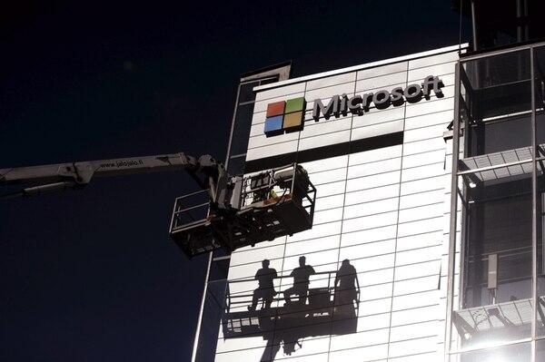 Un equipo de trabajadores quitó el rótulo de la compañía Nokia, tras la venta del negocio de móviles a la gigante Microsoft. Además, se encargaron de colocar el logo de la compañía estadounidense en la fachada.   AFP