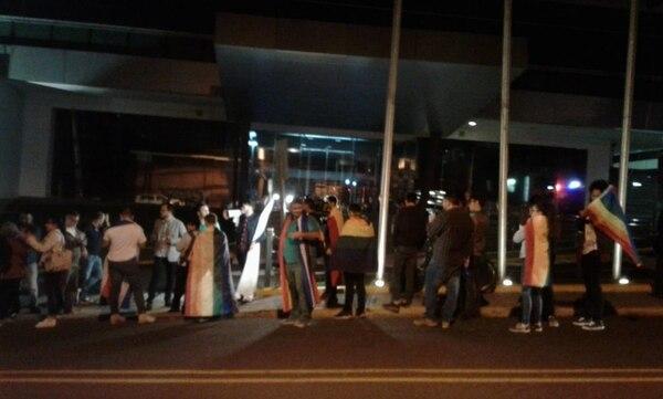 08/08/2018. Vigilia frente a la Sala Constitucional por un grupo que apoya el matrimonio igualitario. Foto Rafael Murillo