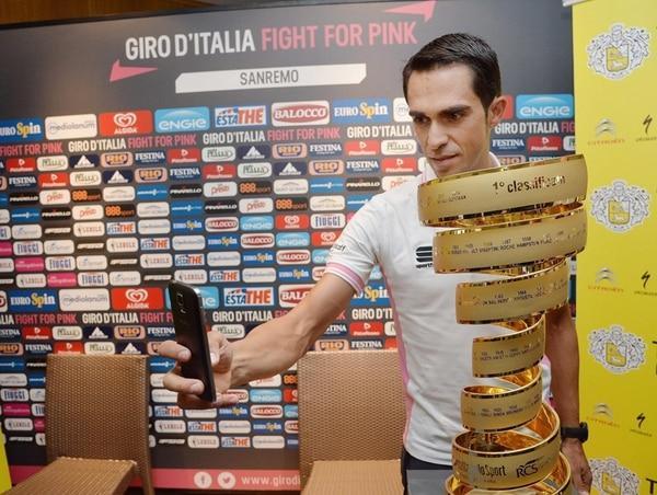 Alberto Contador se tomó un 'selfie' con el trofeo del Giro.   EFE