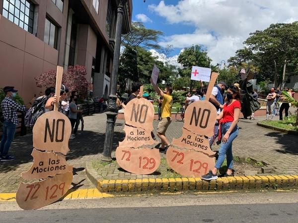 Parte de las pancartas que se utilizaron esta mañana, en la marcha del sector Cultura. Foto: José Cordero