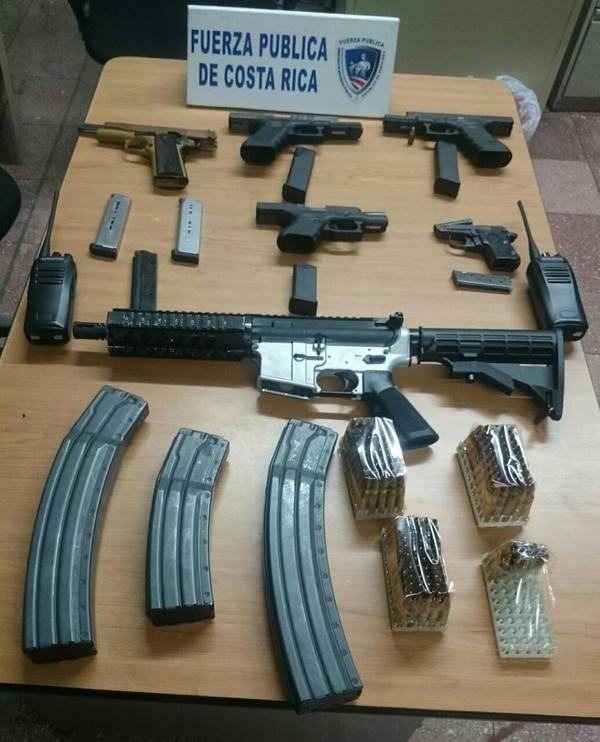 El fusil AR-15, cuyo uso está prohibido en el país fue hallado en el vehículo de la marca Audi.