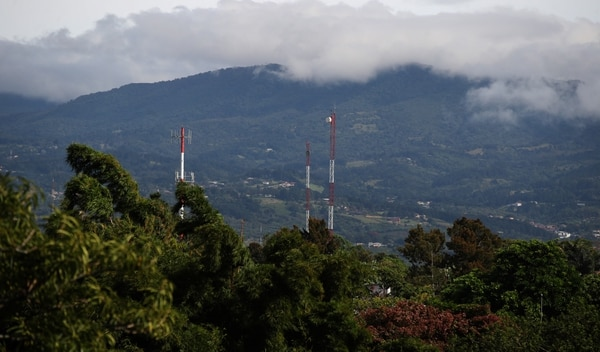 Infraestructura de telecomunicaciones en Santo Domingo de Heredia. Como parte de sus esfuerzos por cerrar la brecha digital, Fonatel instala torres como estas en zonas alejadas del centro del país para llevar telecomunicaciones a esas comunidades Fotografía: Graciela Solis